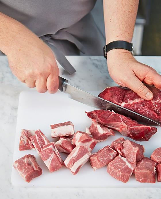 Beide Fleischsorten grob würfeln und mischen