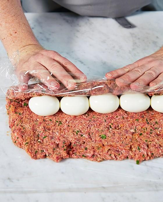 schritt 6 eier mit hack bedecken wie macht man eigentlich hackbraten 8 essen trinken. Black Bedroom Furniture Sets. Home Design Ideas