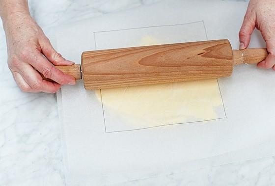 schritt 2 butterplatte zwischen backpapier ausrollen wie macht man eigentlich plunderteig. Black Bedroom Furniture Sets. Home Design Ideas