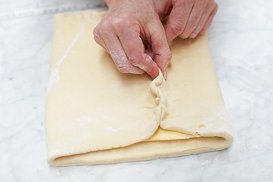 Butter in den Teig einschlagen und rundum gut verschließen