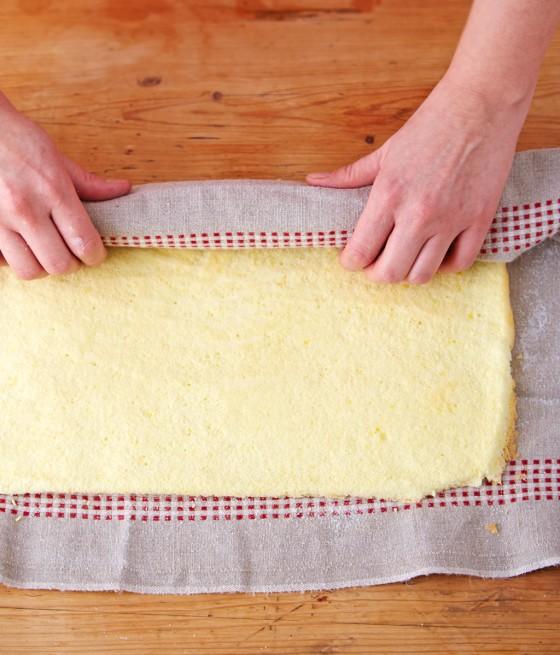 Biskuitplatte mit einem Küchentuch aufrollen