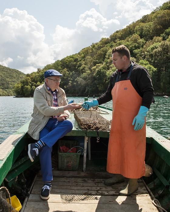 Austernzuechter-Emil-Sošic-und-Kay-Henner-Menge-kosten-Austern-auf-Boot