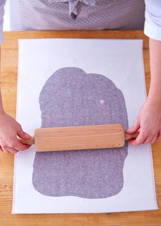 Kuvertüre-zwischen-zwei-Bogen-Backpapier-ausrollen-Schwarzwälder-Kirschtorte