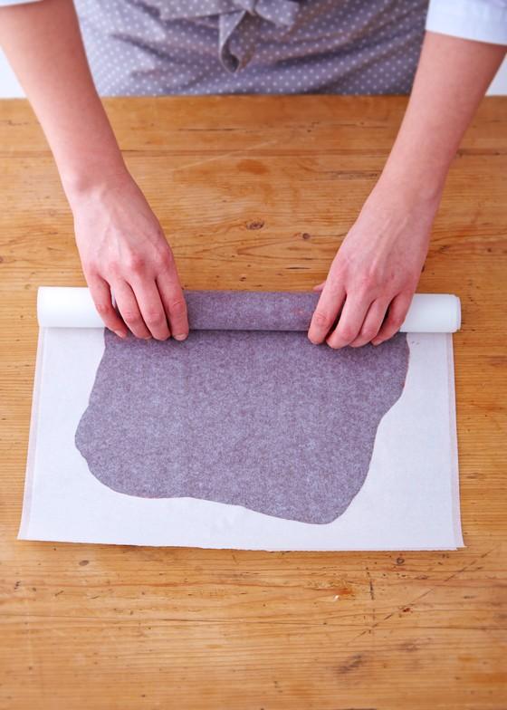 Kuvertüre-zwischen-Backpapier-zusammenrollen-Schwarzwälder-Kirschtorte
