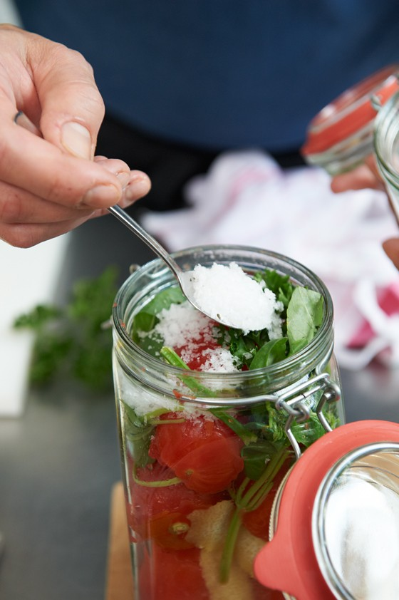 Tomaten-im-Glas-mit-Meersalz-würzen-Einmachen