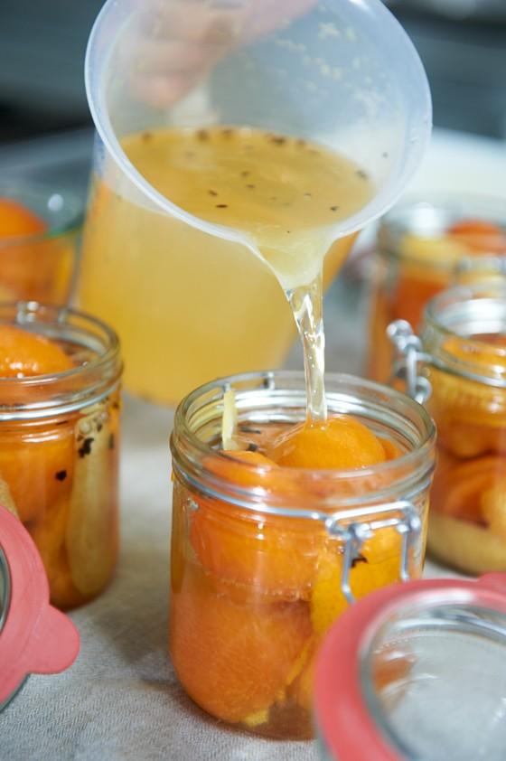 Zitrussud-zu-Aprikosen-in-Glas-füllen-Aprikosen-Einmachen