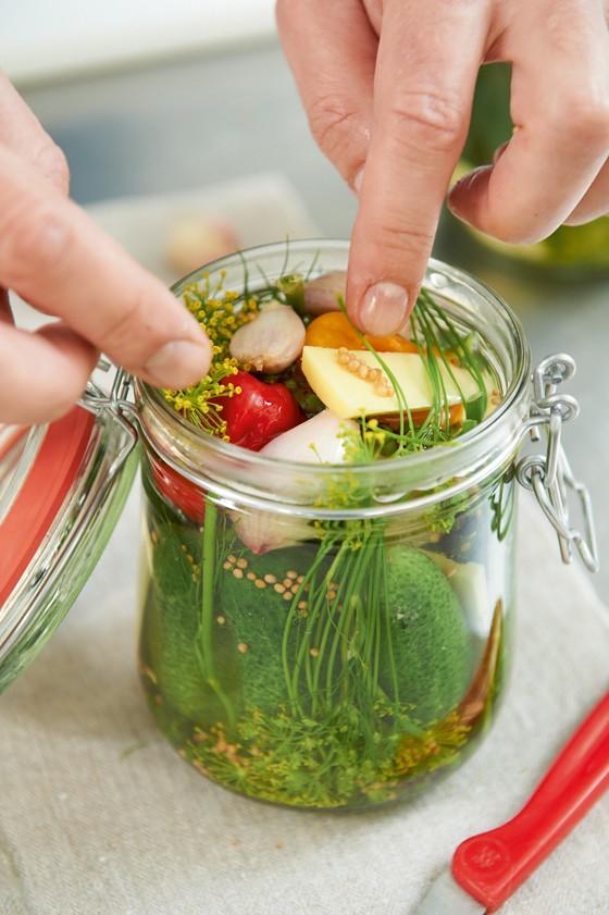 Zuten-in-Einmachglas-füllen-Gurken-Einmachen