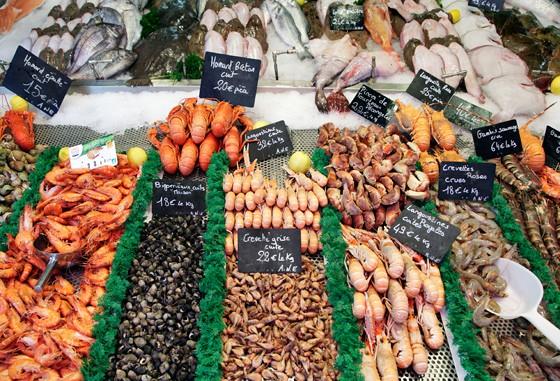 Fischmarkt-mit-frischen-Meerestieren-und-Schnecken-Trouville-Normandie