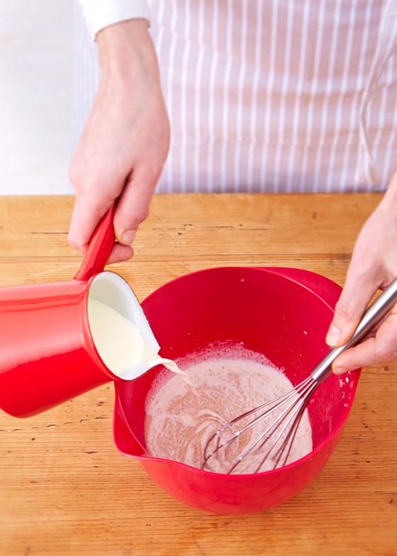 Mich-wird-zu-Hefe-Zucker-Mischung-gegeben-Pflaumenkuchen-Zwetschgenkuchen