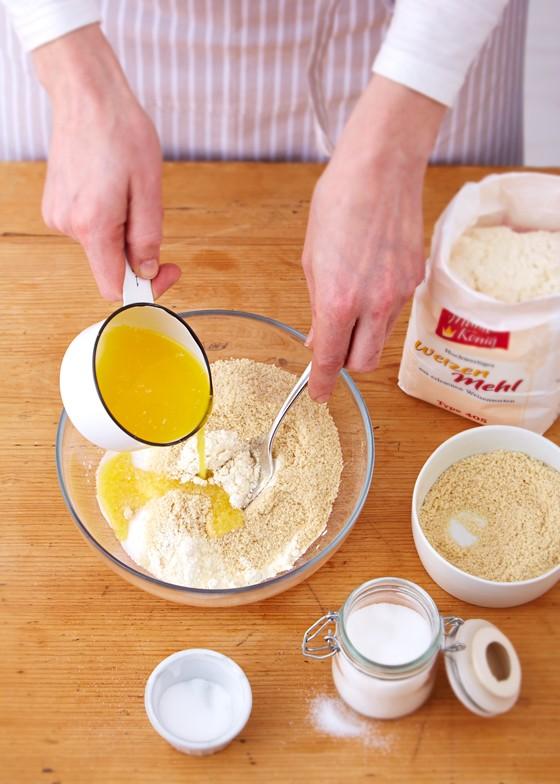 zerlassene-Butter-zu-Mehl-Zucker-Mischung-für Streusel-Pflaumenkuchen-Zwetschgenkuchen