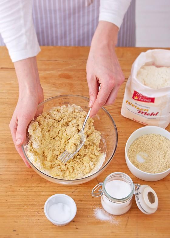Butter-Mehl-Zucker-Mischung-für-Streusel-mit-Gabel-verrühren-Pflaumenkuchen-Zwetschgenkuchen