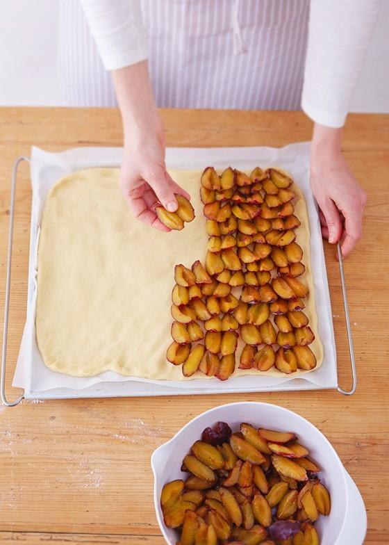 Pflaumen-auf-Hefeteig-verteilen-Pflaumenkuchen-Zwetschgenkuchen