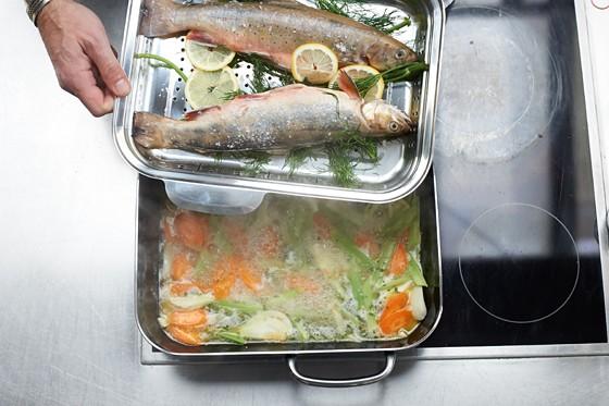Fische-auf-Garsieb-Dampfgaren