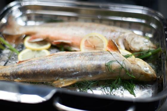 Fische-mit-Kräutern-auf-Siebeinsatz-Dampfgaren