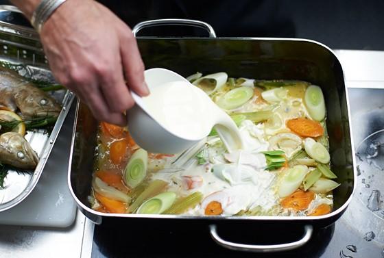 Sahne-zu-Gemüse-geben-Dampfgaren
