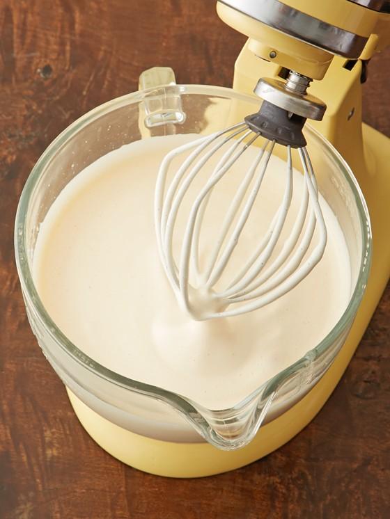 Ei-Zucker-Masse-mit-Küchenmaschine-zu-glattem-Teig-verrührt-Frankfurter-Kranz