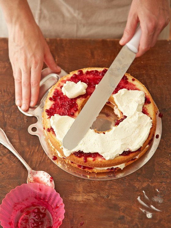 Füllung-Buttercreme-und-Preiselbeerkonfitüre-auf-Kuchenringe-streichen-Frankfurter-Kranz