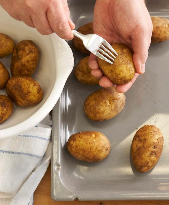 Kartoffeln-mit-Gabel-einstechen-Kartoffelknödel