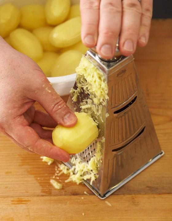 rohe-Kartoffeln-mit-Küchenreibe-raspeln-Knödel
