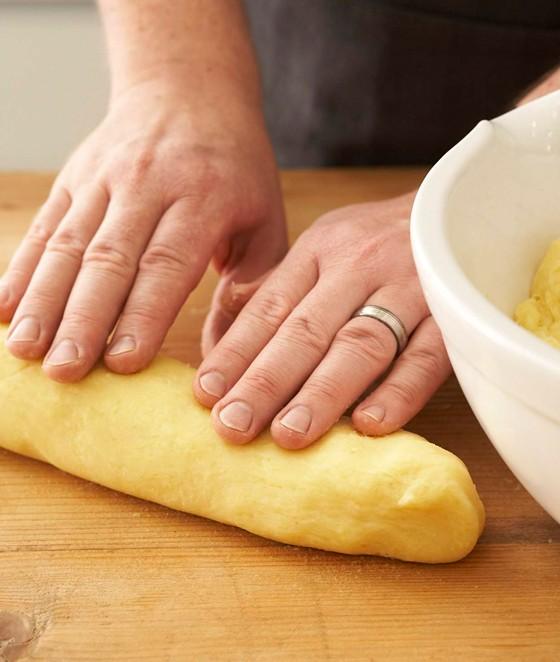 Kartoffelteig-zu-Rollen-formen-Knödel