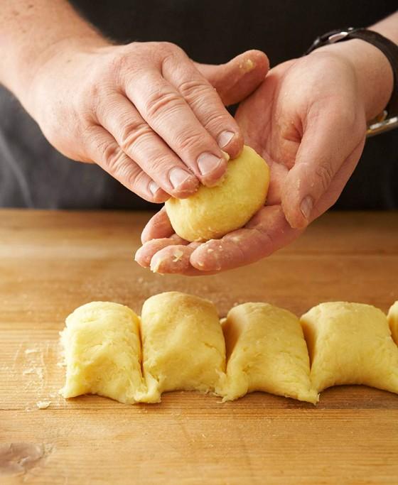 Kartoffelteigstücke-formen-Knödel