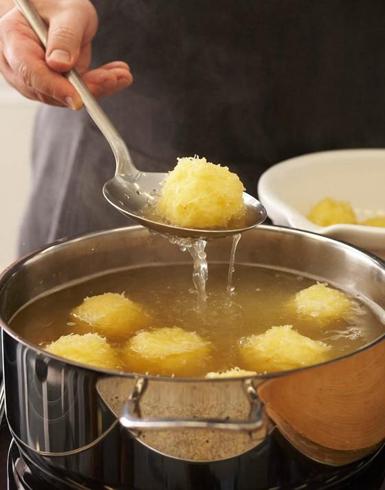 Kartoffelknödel-in-Wasser-aufkochen-Knödel