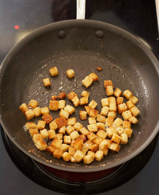 Brotwürfel-in-Pfanne-rösten-Kartoffelknödel-mit-Brotwürfelfüllung