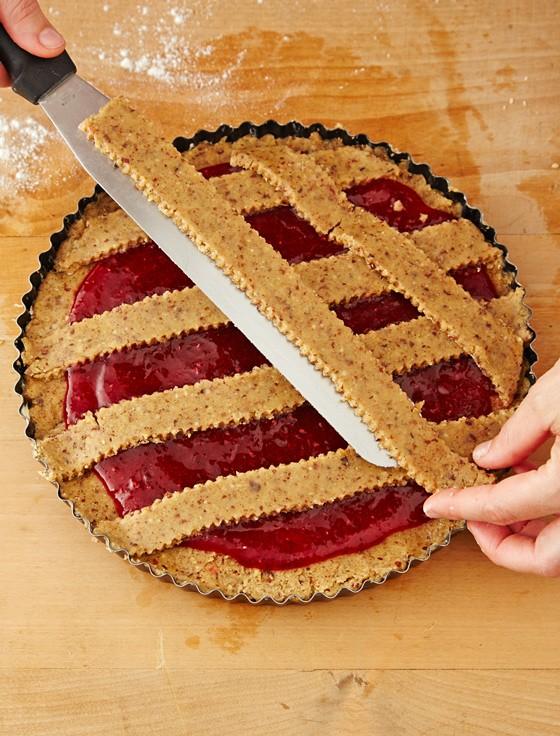 Teigstreifen-auf-Kuchenfüllung-legen-Linzer-Torte