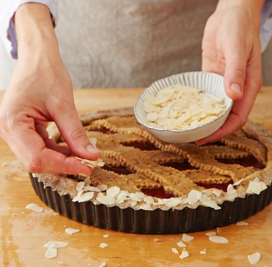 Mandelblättchen-auf-Teigrand-verteilen-Linzer-Torte