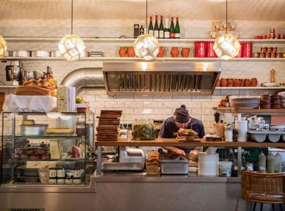 Die offene Küche bei Mogg & Melzer Delicatessen Berlin