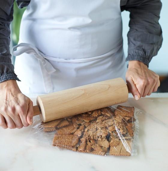 Kekse-in-Gefrierbeutel-mit-Rollholz-zerkleinern