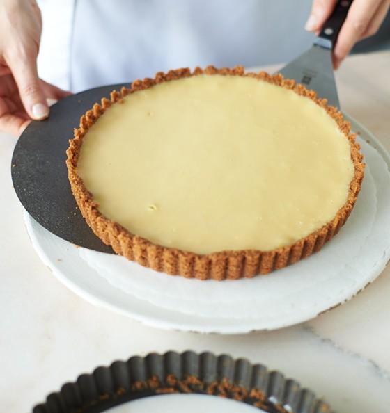abgekühlter-Key-Lime-Pie-aus-Form-nehmen