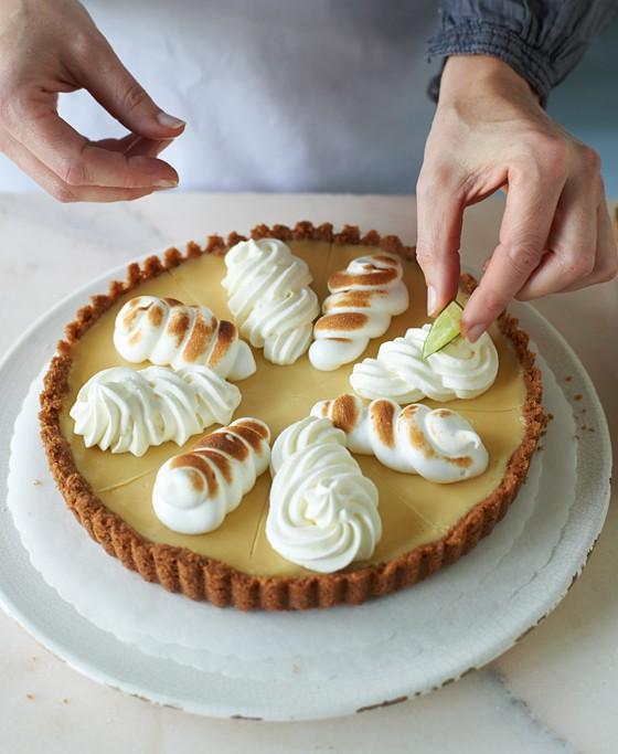 Sahne-auf-Key-Lime-Pie-spritzen-und-garnieren