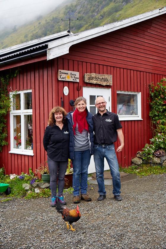 Norwegen-Lofoten-Hege-Marie-Köster-mit-Tove-und-Knut-auf-Ziegenhof-Aalan-Gard