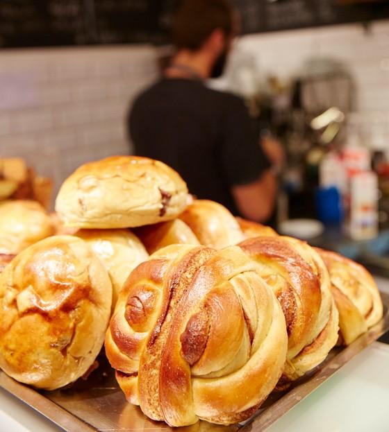Norwegen-Lofoten-Cafe-Riso-Rosinenbrötchen-kulinarische-Reise