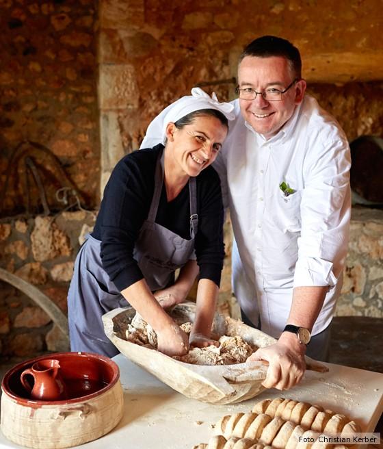 Kreta-kulinarische-Reise-Kay-Henner-Menge-und-Maria-backen-Brot-Agreco-Farm
