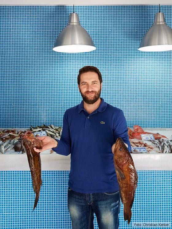 kulinarische-Reise-Kreta-Koch-Athanasios-Panagiotou-an-der-Fischtheke