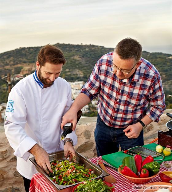 kulinarische-Reise-Kreta-Athanasios-Panagiotou-und-Kay-Henner-Menge-kochen