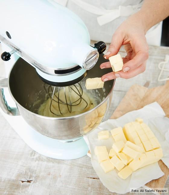 Donauwelle-Butterwürfel-zu-Milch-Mischung-geben