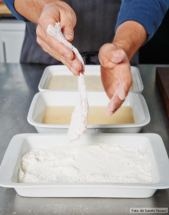 Wiener-Schnitzel-Mehl-abklopfen