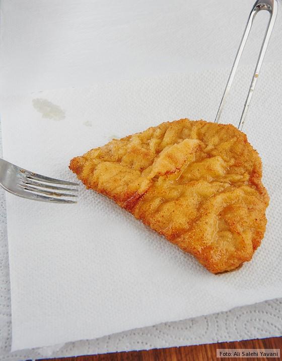 Wiener-Schnitzel-auf-Küchenpapier-abtropfen