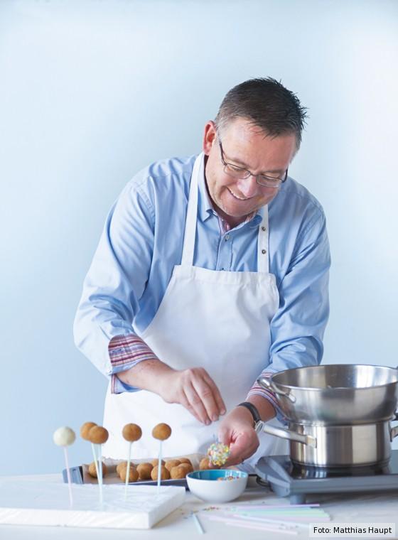 Kay-Henner Menge verziert Cakepops