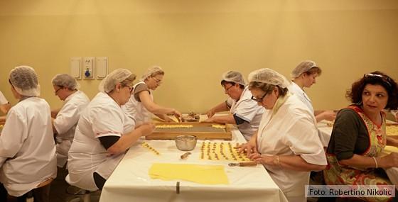 Gardasee-Pastificio-Remelli-Frauen-bei-der-Nudeltaschenherstellung