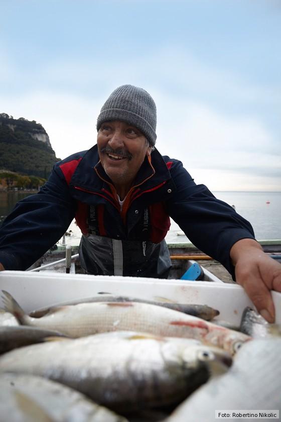 Gardasee-Fischer-Mario-mit-frischem-Fisch