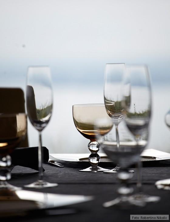 Gardasee-Gläser-auf-gedecktem-Tisch