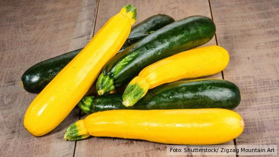 gelbe und grüne Zucchini auf Holztisch