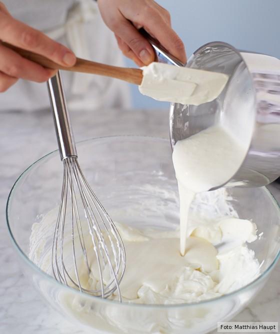Käse-Sahne-Torte, Gelatinemasse unter Quarkmasse rühren