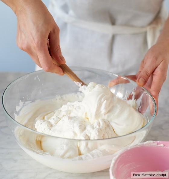 Käse-Sahne-Torte, geschlagene Sahne unter Quarkmasse heben