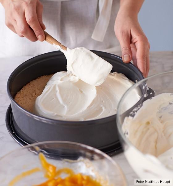 Käse-Sahne-Torte, Sahnemischung auf Bikuitboden