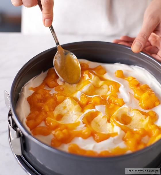 Käse-Sahne-Torte, Mangopüree auf Sahnemischung verteilen